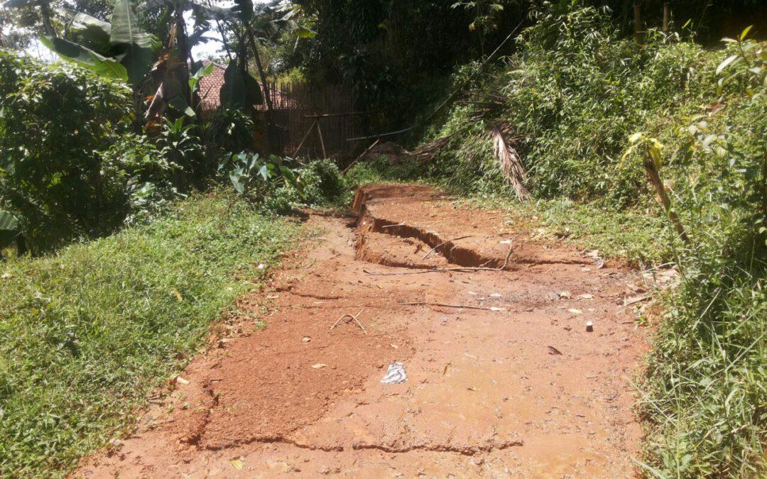 Hujan Deras Mengakibatkan Longsor Di Beberapa Titik Di Kec. Curugkembar