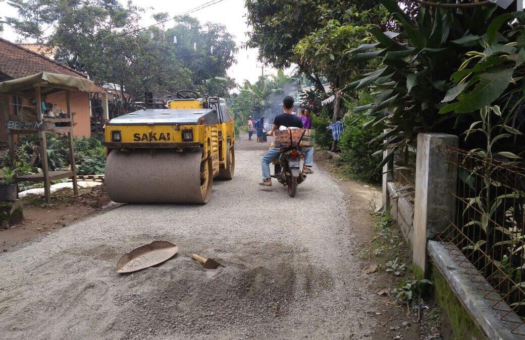 Desa Walangsari : Kegiatan pengaspalan jalan desa dari PISEW